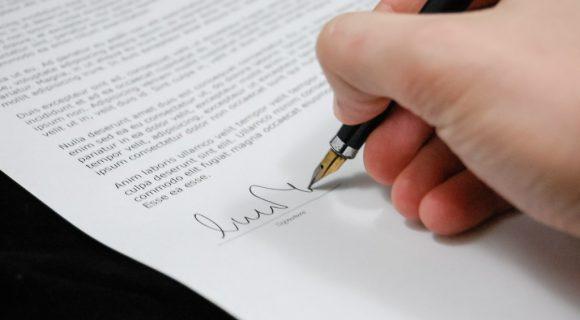 hombre firmando