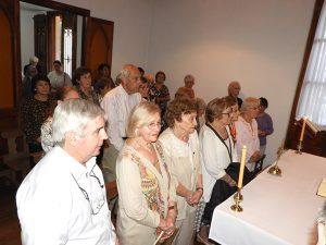 Gente en misa Casa cardenalPironio