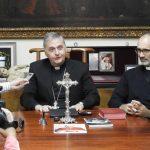 Mons. Ariel Torrado Mosconiy el padre Guillermo Gómez
